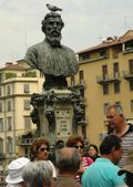 Pigeon perching on Benvenuto Cellini, Florence